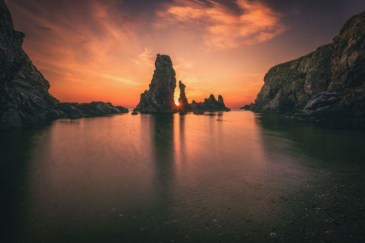 https://flic.kr/p/T2Uag1   Les Aiguilles de port coton   Leur appellation vient de l'écume fouettée qui, par gros temps, forme de gros flocons mousseux semblables à du coton. Le peintre Claude Monet, qui habitait à Kervilahouen, à deux pas de là, a révélé en quelques toiles célèbres la beauté de ces roches dentelées. Il devait à l'origine séjourner juste deux semaines sur l'île, fasciné par la beauté des paysages, il restera deux mois. Il réalise 39 toiles de la côte sauvage avec trois…