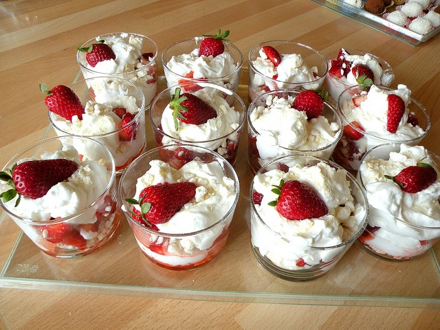 Bicchieri fragole, meringa con panna e yoghurt by chefpercaso