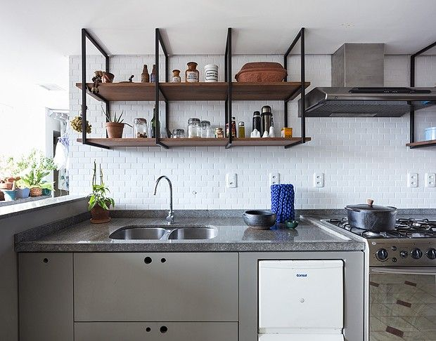 Detalhe para a parede de lajotas e para o armário totalmente aberto instalado na cozinha, que deixam o espaço com estilo despojado e industrial (Foto: Marcelo Donadussi/Fotografia de Arquitetura)