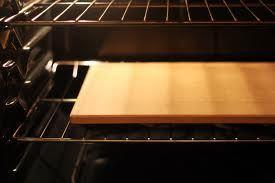 I trucchi per cuocere pane e pizza nel forno di casa sulla pietra refrattaria