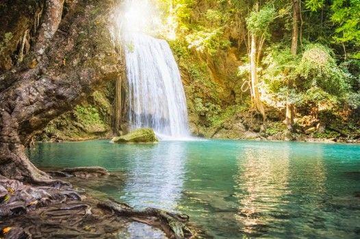 Pour celles et ceux qui préfèrent les climats tropicaux: le parc national d'Erawan situé à l'ouest de la Thaïlande est connu pour ses magnifiques cascades.