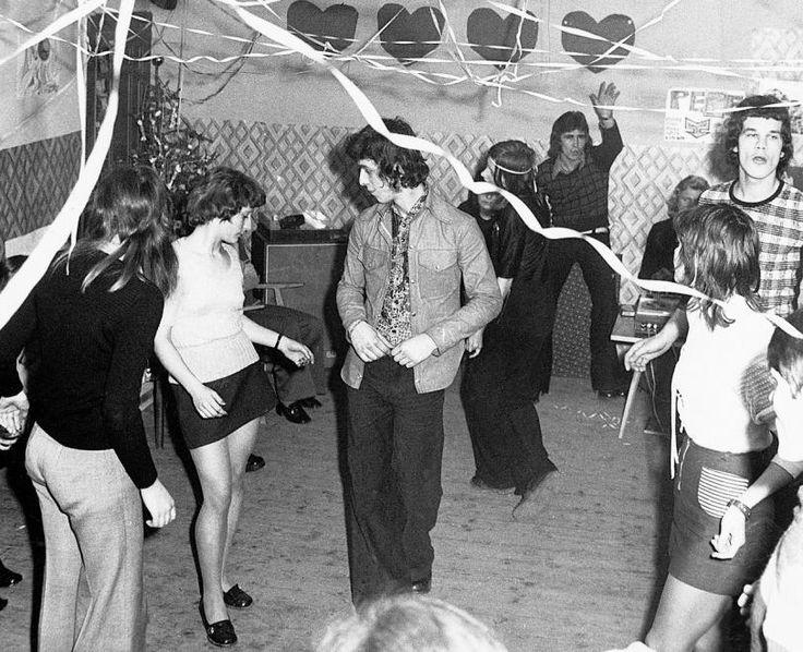 8 korabeli fotó a 70-es és 80-as évek szilveszteri bulijairól http://www.nlcafe.hu/eletmod/20151231/retro-foto-szilveszter/