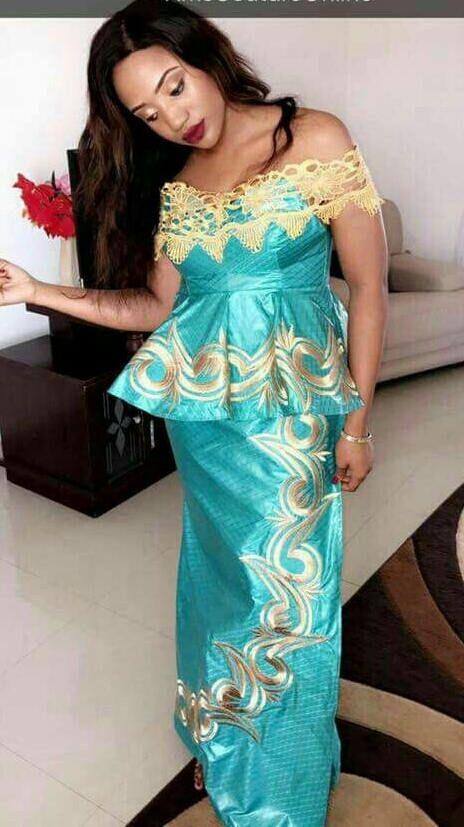 Vêtements africain Senegal style péplum avec enveloppe droite en bazin riche et broderie couleur or sur passementerie fusée et wtapper et de la dentelle à l'encolure. Nous suggérons que vous nous laissez vos mesures pour obtenir un meilleur ajustement. Mais si vous êtes en quelque