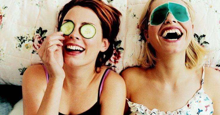 Bromas graciosas para hacer en una fiesta de pijamas. Las bromas inofensivas son una parte integral de una fiesta de pijamas divertida, incluso si terminas siendo la víctima. Ya sea que te inclines por los clásicos, como el truco de las plumas y la crema de rasurar, o inventes tus propias bromas modernas, tu fiesta puede volverse aun más entretenida y memorable si te animas a hacer una broma o a ser ...