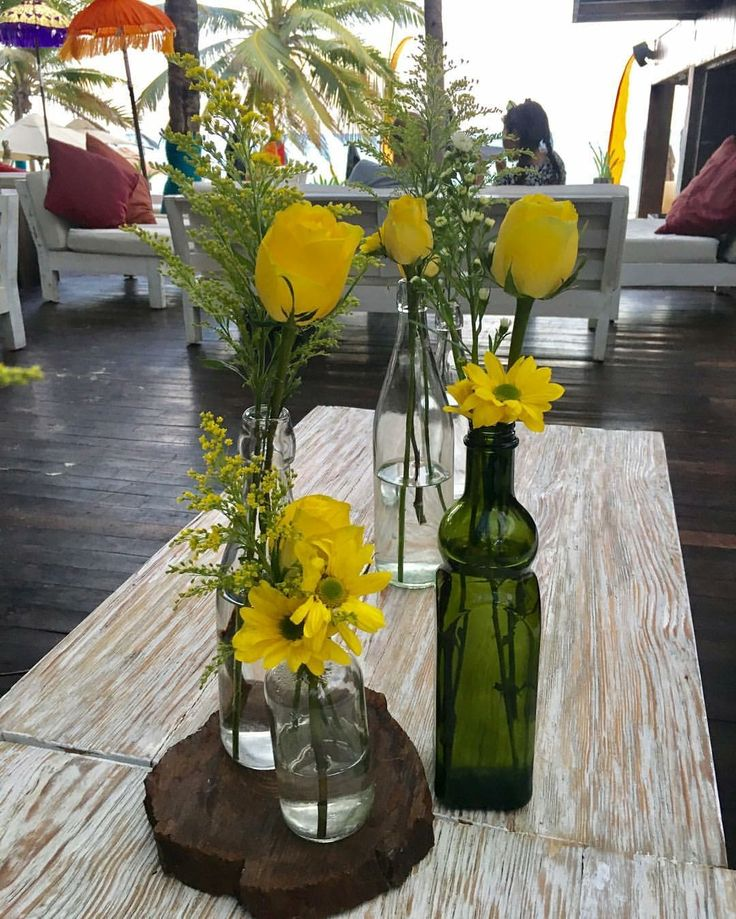 CBV259 vintage yellow flowers bottles centerpiece/ centro de mesa con botellas con rosas amarillas