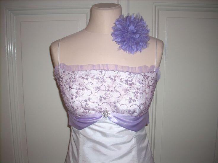 Krátké společenské šaty Princesové šaty s krajkovým sedlem a šněrováním na zadním dílu. Sukně rozšířena dvojitým tylovým volánem, zakončeným vlascem. Vhodné na ples, do tanečních, na svatbu... Velikost a barva podle přání, nejlépe na míru.