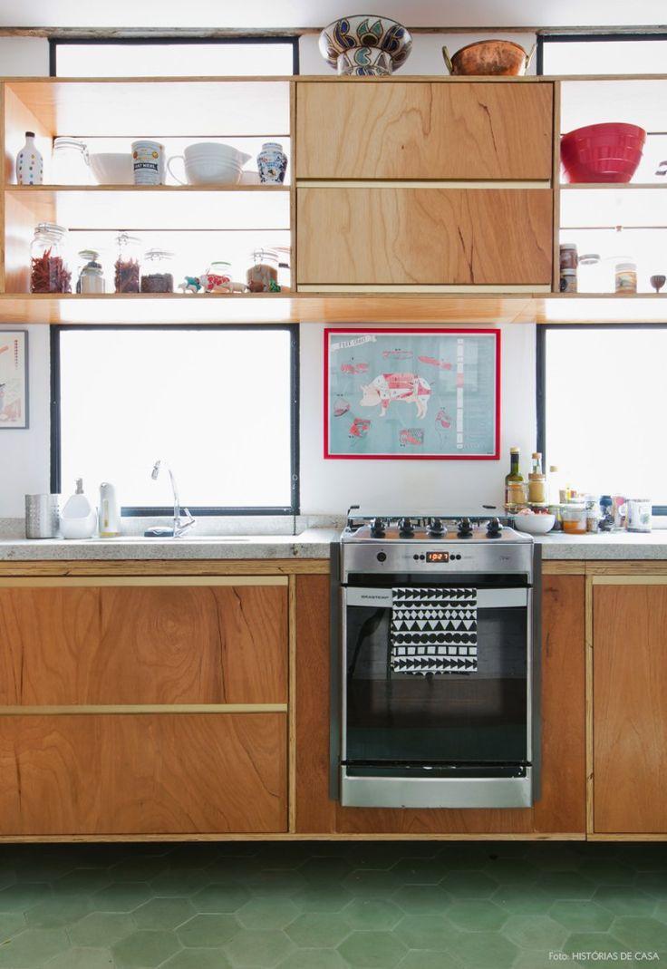 Mais um detalhe dessa cozinha que tem armários com detalhes dourados e piso verde de ladrilho hidráulico.