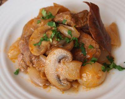 Μοσχάρι νουά με κρεμμύδια και μανιτάρια