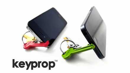 鍵と一緒に持ち歩けるスマートフォンスタンドとセルフタイマーアプリのセット「Keyprop 」