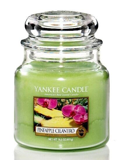 Vonná svíčka ananasové vůně od Yankee Candle krásně dotvoří servírování.