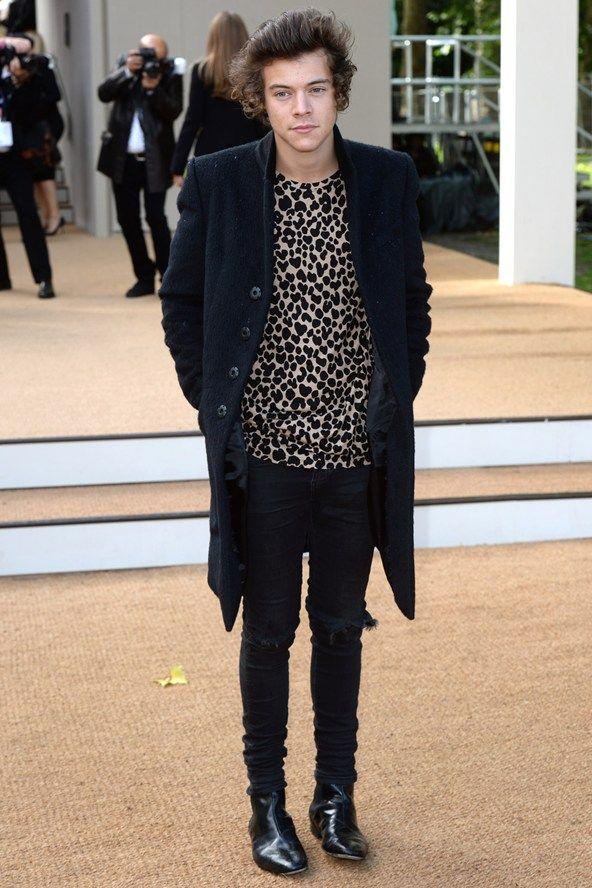 Jas (in combinatie met shirt?), zwarte skinny broek (met gaten) en schoenen