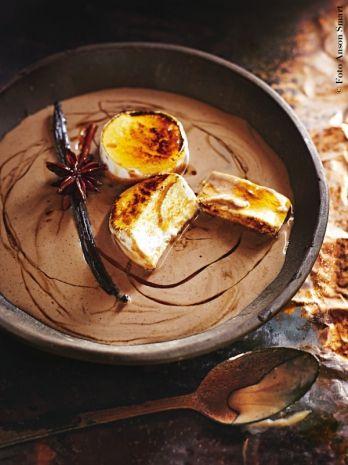 Panna cotta in salsa speziata. Da esaltare con una decorazione di anice stellato e bacche di vaniglia.