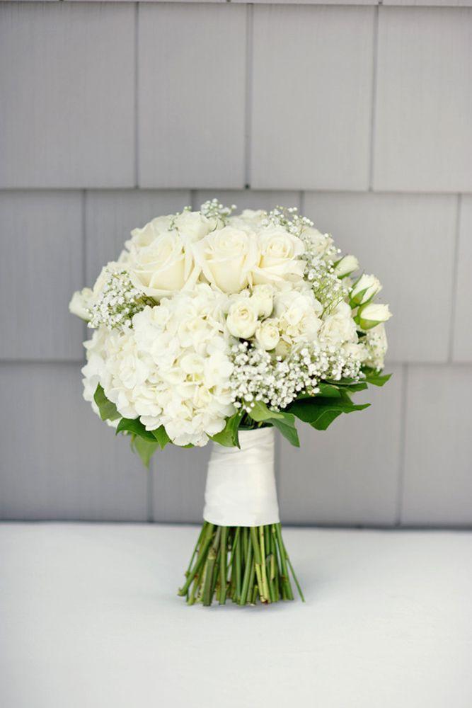weißes Schleierkraut mit duftigen Hortensien und weißen Rosen -  wunderschöner Brautstrauß mit Naturstielen. www.blumenwerkstatt.biz
