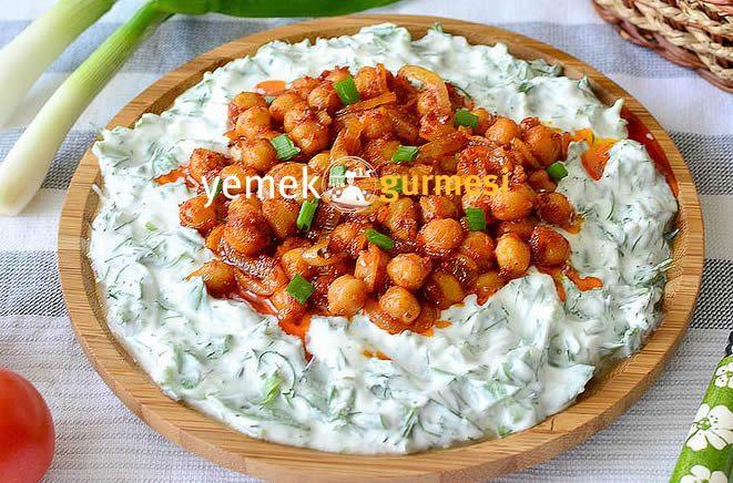 Nohut Kavurmalı Yoğurtlu Semizotu Salatası - http://www.yemekgurmesi.net/nohut-kavurmali-yogurtlu-semizotu-salatasi.html