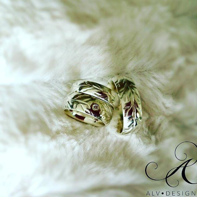 EVIG - handarbetade silverringar med och utan Diamant TW vs 0,07 ct. Vackra likt slingrande grenar 🌿 Design och arbete: Anneli Lindström, Alv design. Se mer av våra handgjorda silverringar i vår webbutik www.alvdesign.se  Just nu KAMPANJ, 500 kr rabatt vid köp av två ringar. Välkomna!