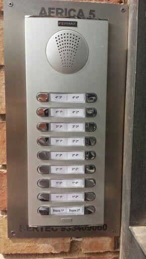 Placa interfono para 16 viviendas con marco personalizado de acero inoxidable.