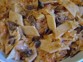 Składniki: kapusta kiszona (500g) grzyby suszone (50g) 2 duże cebule (200g) makaron pełnoziarnisty (100g) przyprawy (sól, pieprz...