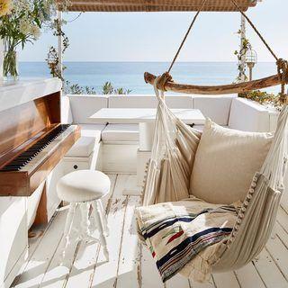 Una coqueta cabaña junto al mar en la Riviera italiana.