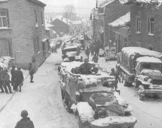Colonne de véhicules blindés de la division dans les Ardennes.