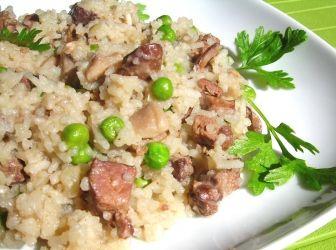 Gombás-májas rizs recept | ApróSéf.hu: Gyors, kiadós, egyszerű, ezerféle módon variálható! Ez egy leegyszerűsített rizottó, mivel nem tartalmaz parmezánt, és a végén szükséges hideg vajat, azonban egy igazán ízletes és laktató egytálétel. Ha elkészíti, biztosan nem bánja meg! http://aprosef.hu/gombas-majas_rizotto