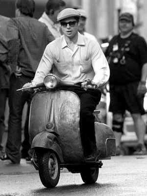 Brad Pitt no se pudo resistir a una Vespa.