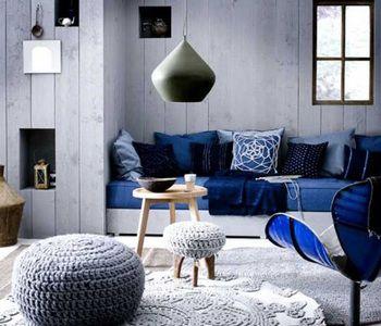 ブルーのチェア、ソファがアクセントになったインテリア。クッションもブルーで統一されていてスッキリ見えますね。他の家具や床、壁の色にグレーが多く使われているのでブルーの鮮やかな色が引き立ちますね。