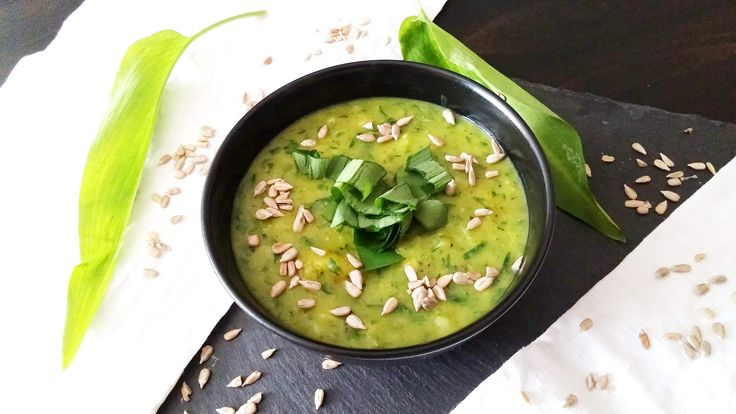 Bärlauch! Knoblauchig-lecker und vielseitig in der Küche verwendbar. Wenn es mal wieder schnell gehen soll: in einer Kartoffel-Bärlauch-Suppe.