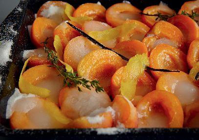 Troubu předehřejte na 190° C, horkovzdušnou na 175 °C. Meruňky přepulte a vypeckujte. Rozprostřete je na plech s vyššími okraji. Přidejte vanilkový lusk, snítky tymiánu nebo levandule (nemusí být), citronovou kůru a šťávu. Všechno posypte cukrem a pečte 5 minut. Pak ztlumte troubu na 175/160 °C a pečte dalších 15 minut. Opatrně vyjměte z trouby - cukr by se měl rozpustit a spolu se šťávou z meruněk vytvořit sirup. Lžící naberte šťávu a přelijte jí meruňky. Vraťte do trouby, ztlumte ji na...