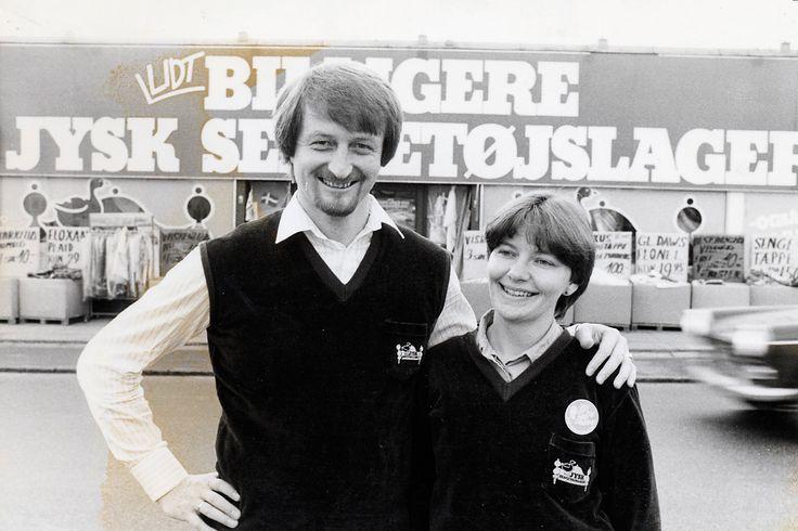 Lars Larsen sammen med sin kone Kris foran den første JYSK-butik, der åbnede på Silkeborgvej i Århus i 1979.