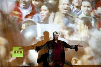 """A encenação e o público percorrem áreas externas e internas da Oficina Cultural Oswald de Andrade para conhecer situações trágicas e cômicas que permeiam uma disputa de poder. Para tanto, o jovem Hamlet, ensimesmado em sua existência, contrata a Cia. Artehúmus de Teatro para encenar o assassinato de seu pai e quem sabe, descobrir quem...<br /><a class=""""more-link"""" href=""""https://catracalivre.com.br/geral/agenda/barato/ohamlet-do-estado-de-homens-e-de-bichos/"""">Continue lendo »</a>"""