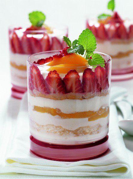 Alfons Schuhbeck Erdbeer-Pfirsich Tiramisu - lecker!  Lust auf noch mehr Desserts? http://www.gofeminin.de/kochen-backen/sugar-stories-sommer-rezepte-d58769.html  #dessert