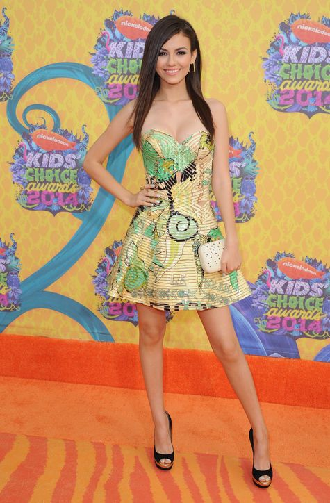 Victoria Justice opted for a festive strapless fit-and-flare dress by Versace Couture.