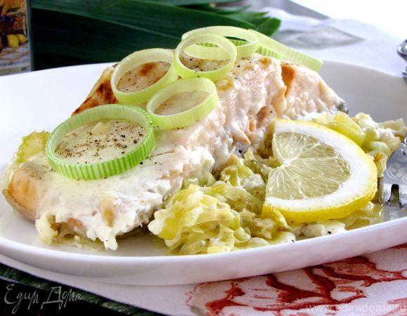 Филе лосося по-бретонски  Рыба получается удивительно нежной, с ароматом белого вина и мягкой творожно-сливочной корочкой. Подавайте лосося на луковой подушке. На гарнир хорошо подойдет картофельное пюре и зеленый салат. #готовимдома #едимдома #кулинария #домашняяеда #лосось #рыба #луковаяподушка #гарнир #ужин #ароматноеблюдо #вкусно #аппетитно
