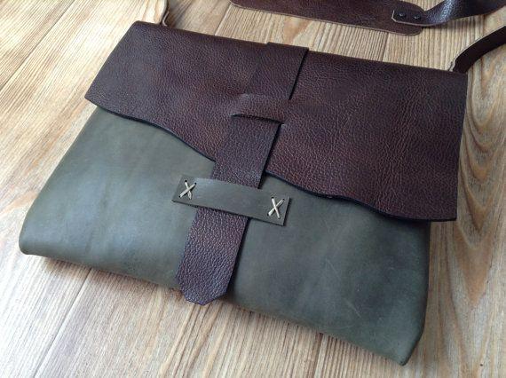 Bolso realizado en cuero teñido de 2 colores.