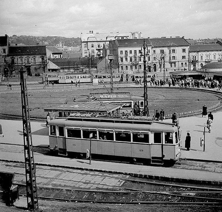 1950-es évek vége. A villamos, ami ezesetben nem nyitott peronú, de az oldalán ott a berregő. A szemétgyűjtő, az viszont fém. Majdnem középen még a
