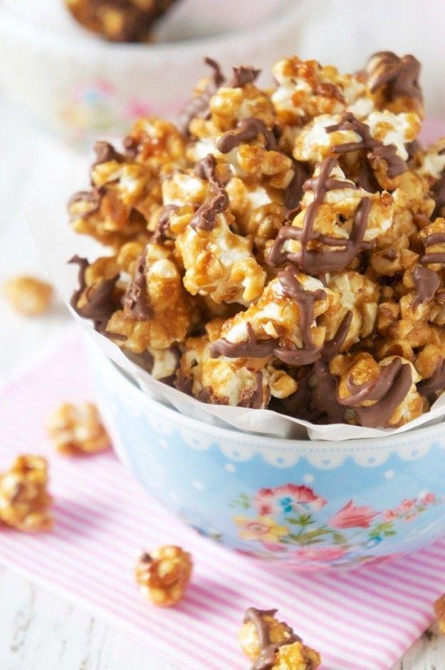 Pipoca com caramelo, chocolate e amendoim.