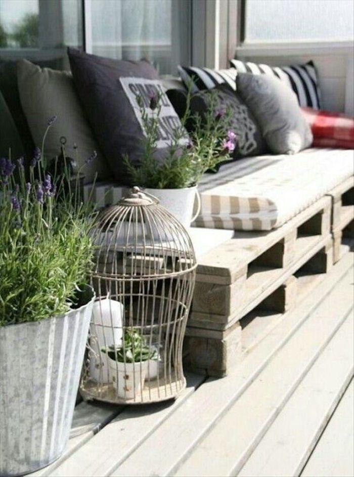 Salon de jardin en palette design idée meubles en bois palettes fabriquer canapé extérieur construire table basse vintage pas cher brute décoration terrasse coussin rayé