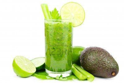 Frullato di verdure verde con cetrioli, sedano, avocado e lime su bianco