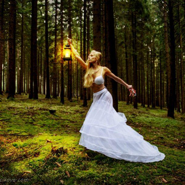 Ztracená v lese, nevěsta na útěku...