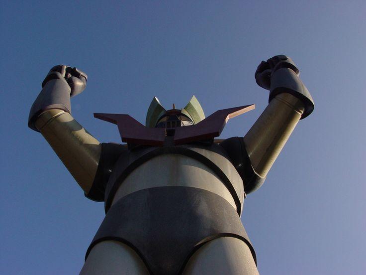"""En el año 1972, nacía el más legendario robot del animé japonés, creado para Fuji TV de Japón, aunque exportado a todas las regiones de la Tierra, para deleite de niños y no tan niños.Un 3 de diciembre de 1972, se escuchaban por primera vez las estrofas de la canción que inmortalizó Ichiro Mizuki: """"En el cielo se levanta un castillo de acero negro, ¡el súper robot Mazinger Z!"""", decía el primero verso."""