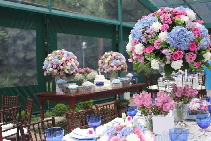 Arranjos com Rosas, Cravos, Hortênsias e Alstroeméria entre folhagens de Gardenia.
