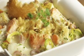Een heerlijk verwarmend visrecept uit de oven. De zalm, garnalen en kabeljauw smaken rijk en romig. Met een beetje rijst en een frisse salade is dit een heerlijk gerecht en echt verwennerij. Hier het recept: