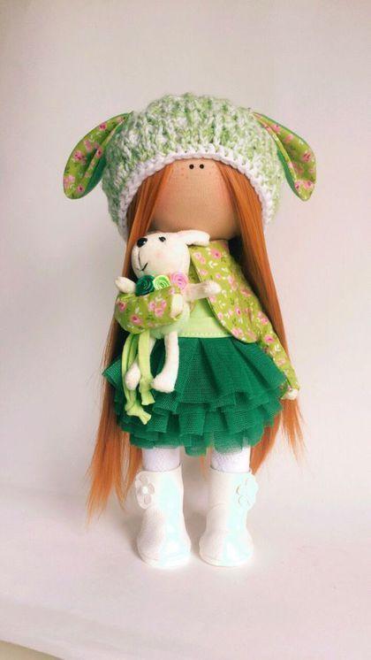 Купить или заказать Интерьерная, текстильная кукла 'Веснушка' в интернет-магазине на Ярмарке Мастеров. Рыжики -это моя любовь. Они такие солнечные и позитивные, что сразу создают во круг себя ощущение тепла и радости. Куколка сделана из хлопка и трикотажа для ваших любимых девочек. Кукла стоит и сидит самостоятельно, Шапочка и обувь снимаются.