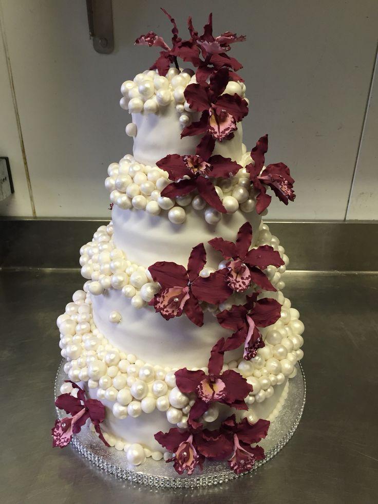 Weddingcake pearls an gumpaste orchids.