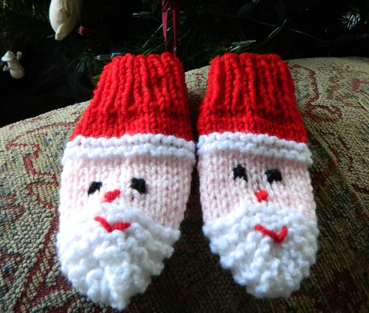 Free Christmas knitting patterns for kids. Make these santa mittens for babies. An easy knitting pattern for beginners.