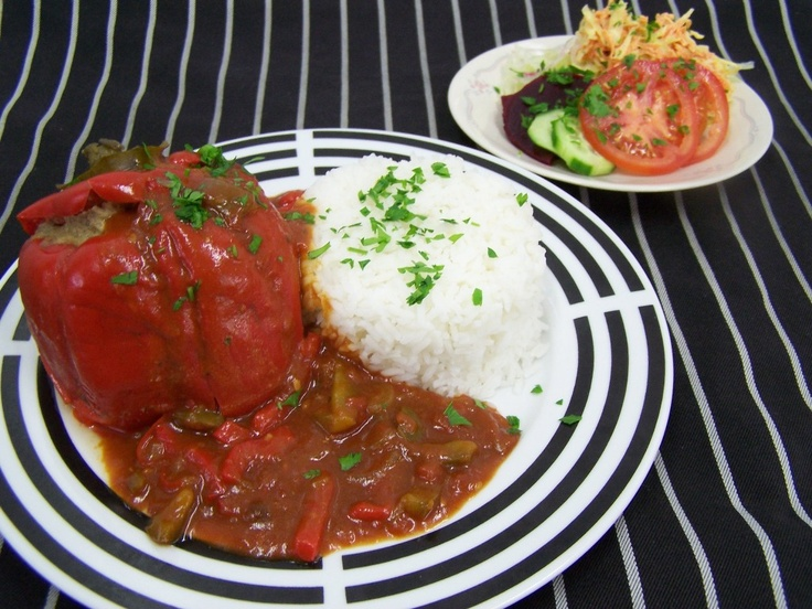 """""""Gefüllte Paprikaschote"""" Capsicum filled with Beef Mince and served with Rice & Salad"""