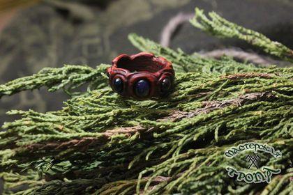 Купить или заказать Кольцо 'Магма' из красного дерева с опалами в интернет-магазине на Ярмарке Мастеров. Колечко из бирманского красного дерева с одним радужным опалом и двумя малыми черными опалами. Опал. Название этого камня, предположительно, происходит от лат. 'opalus' или санскритского 'upala'- драгоценный камень. С физической точки зрения опалы являются гидрогелями двуокиси кремния. Иными словами, опал - это аморфный кварц, содержащий от 6 до 10 % воды.