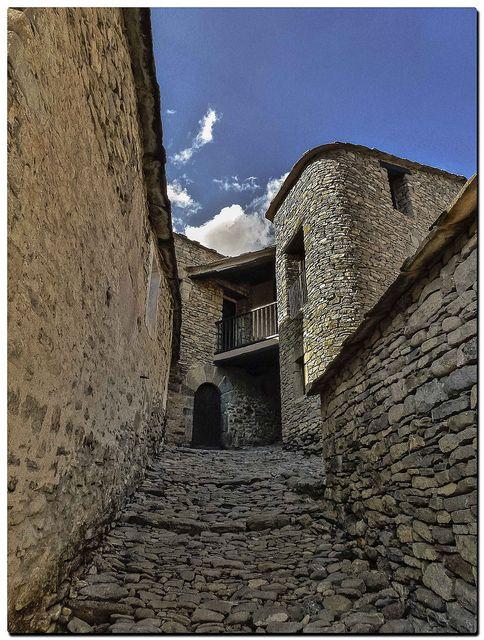 Montañana (Huesca) pueblo  medieval  Spain
