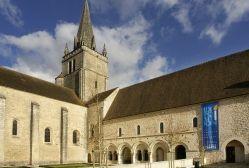 Le Dortoir des Moines à l'étage, sur la salle capitulaire,abbaye de St-Benoît (86).- 8) AB. ST-BENOIT DE QUINCAY: Dans le croisillon N, un grand gisant mutilé d'abbé repose à côté d'un sarcophage dégradé où fut trouvée en 1871 une belle crosse médiévale du XIII°s en cuivre doré et émaillé. Sur la plaque une Vierge à l'Enfant, et sur la douille, des figures d'appliques représentant l'Annonciation. Le choeur possède des stalles du XVIII°s.