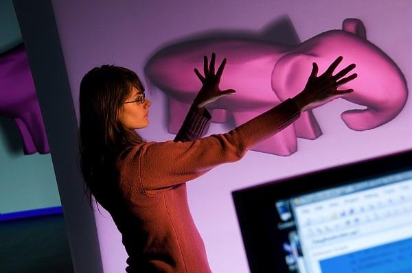 Cette interface tactile supporte plusieurs contacts simultanés et permet de manipulet des objets 3D.  À l'image, Mariam Amyra, ingénieure (Université de Bordeaux 1) au sein de l'équipe IPARLA.    © Inria / Photo Kaksonen